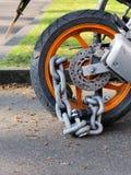 与挂锁安全锁的摩托车防盗链子在后方w 免版税库存照片
