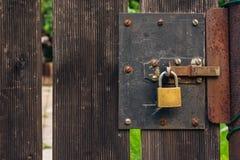 与挂锁生锈土气的木花园大门概略的纹理胜过 免版税库存照片