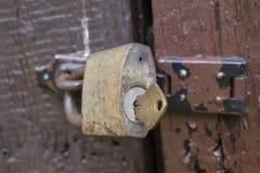 与挂锁的木门 免版税库存照片