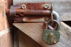 与挂锁的生锈的门闩 免版税库存图片