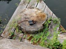 与挂锁的老生锈的金属绳子在停泊地方 免版税库存图片
