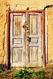 与挂锁的老,木前门 免版税图库摄影