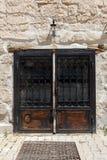 与挂锁的葡萄酒老生锈的锁着的门 免版税库存图片