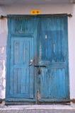 与挂锁的蓝色木被风化的门 免版税图库摄影