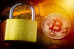 与挂锁的Bitcoin在计算机主板 隐藏货币互联网数据保密性信息保障概念 在bitcoin的焦点 库存图片