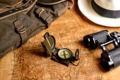 与指南针和双筒望远镜的老地图 库存照片