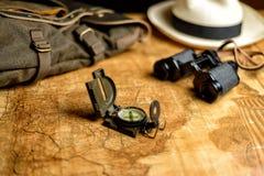 与指南针和双筒望远镜的老地图 免版税图库摄影