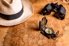 与指南针和双筒望远镜的老地图 免版税库存照片