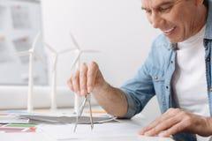 与指南针的快乐的纯熟工程师图画 库存照片