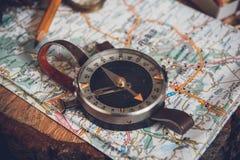 与指南针的映射 安置的简单的航海工具在世界上 免版税库存照片