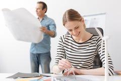 与指南针的正面职业妇女工程师图画 免版税库存图片