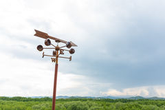 与指南针的美丽的蓝天导航员的 免版税库存照片