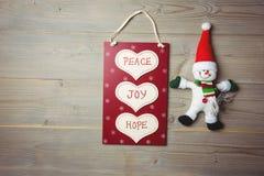 与按摩和圣诞老人的圣诞节标签在木桌上 免版税库存照片