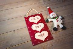 与按摩和圣诞老人的圣诞节标签在木桌上 库存图片