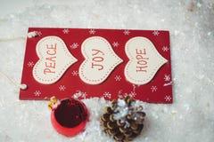 与按摩和圣诞节装饰品的圣诞节标签在雪 免版税库存照片