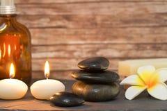 与按摩石头的健康和温泉构成蜡烛 库存图片