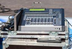 与按钮和滑子的音频混音器 concer的设备 库存照片