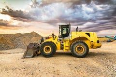 与挖掘机的土堤 免版税库存照片