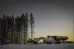 与挖掘者和卡车的日落 免版税图库摄影
