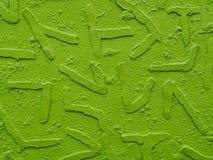 与挤压几何的形状的被绘的膏药墙壁背景,氖绿色 库存图片