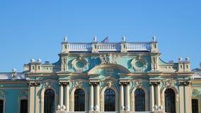 与挥动在乌克兰的总统的Mariyinsky宫殿正式礼仪住所的顶部三叉戟的乌克兰旗子在基辅 股票录像