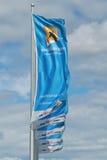与挥动在风的澳网商标的旗子 免版税库存图片