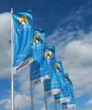 与挥动在风的澳网商标的旗子 免版税库存照片