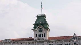 与挥动意大利旗子的钟楼在上面 影视素材
