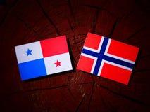 与挪威旗子的巴拿马旗子在被隔绝的树桩 库存照片
