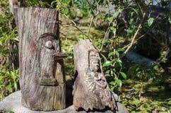 与捐赠的硬币的木菩萨雕塑在镰仓 图库摄影