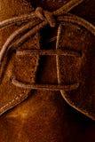 与捕鱼麻绳的绒面革鞋子 免版税库存照片
