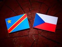 与捷克旗子的刚果民主共和国旗子在树 图库摄影