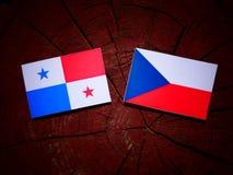 与捷克旗子的巴拿马旗子在被隔绝的树桩 免版税库存图片