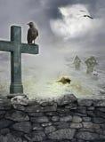 与掠夺,在石墙上的十字架的万圣夜神秘的背景 库存照片
