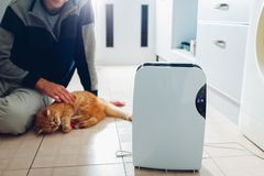 与接触控制板,湿度指示剂,紫外灯,空气ionizer,水容器的抽湿机在家运作 空气烘干机 库存图片