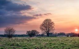 与接踵而来的云彩的日落 免版税图库摄影