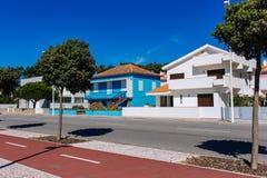 与接近的快门的传统葡萄牙大厦 空的街道在热的夏日 每日午睡概念 免版税库存照片