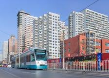 与接近的电车在一个晴天, Dalain,中国的城市scape 库存照片