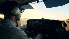 与控制板和一名男性飞行员的飞机的驾驶舱 股票录像