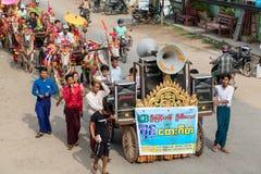 与推车在佛教Novitiation仪式,缅甸的装饰的母牛 库存图片