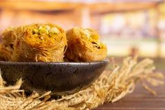 与推车的黎巴嫩果仁蜜酥饼巢 图库摄影