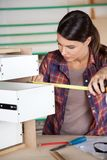 与措施磁带的木匠测量的抽屉 免版税图库摄影