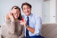 与提出结婚提议的人的浪漫概念 图库摄影