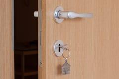与插入键的门把手与房子象钥匙圈 库存照片