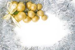 与插入te的金和银装饰品的圣诞节背景 免版税库存图片
