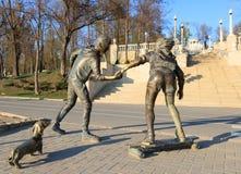 与握她的手的男孩和女孩的雕象 库存图片