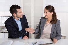 与握手的企业谈话:顾问和顾客或者地狱 库存照片