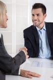 与握手的成功的业务会议:顾客和客户 免版税图库摄影