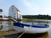 与搁浅的小船的低潮在伍德布里奇,萨福克 免版税库存照片