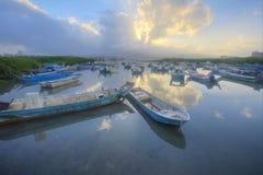 与搁浅的小船的早晨风景在低潮期间的淡水厅河,台北台湾 免版税库存照片